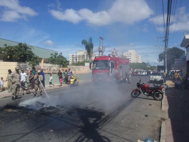 Moradores colocam fogo em pneus em Jacaraípe (Foto: VC no ESTV)