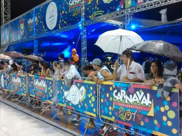 Assim como nos desfiles competitivos, Desfile das Campeãs também foi sob chuva em Florianópolis (Foto: Cristiano Anunciação/G1)