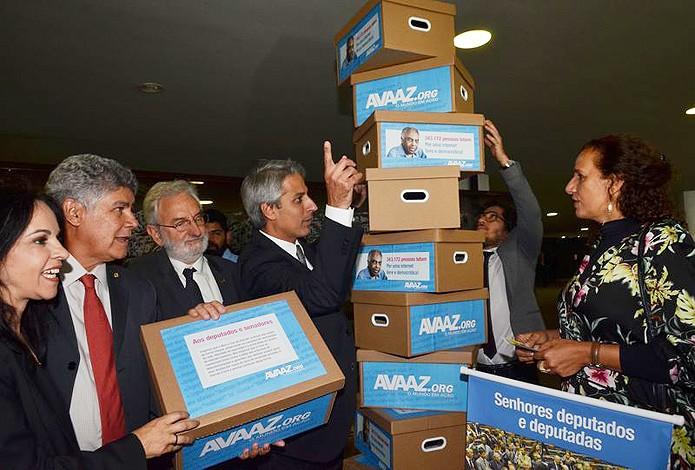 Parlamentares recebem petição online organizada pelo músico Gilberto Gil pedindo a votação integral do Marco Civil da Internet (Foto: José Cruz/Agência Brasil)