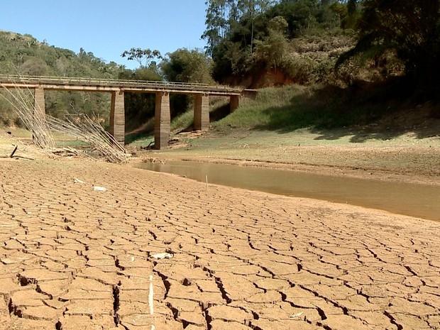 Seca no Rio Santa Maria da Vitória (Foto: Reprodução/ TV Gazeta)