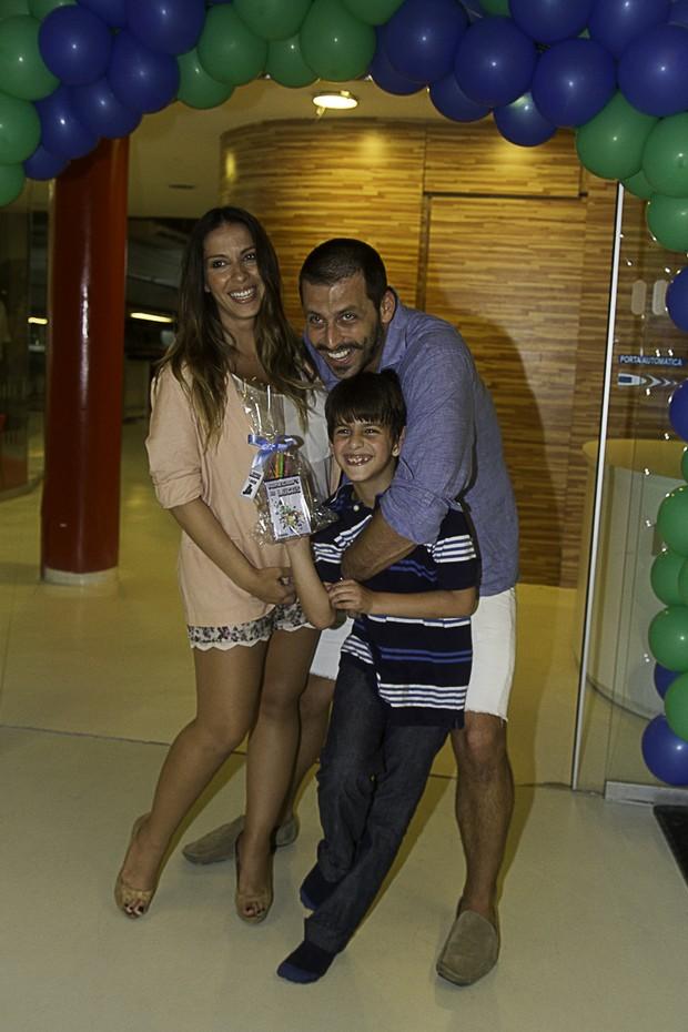 Henri Castelli com o filho Lucas e a namorada Juliana Despirito (Foto: Amauri Nehn/Foto Rio News)