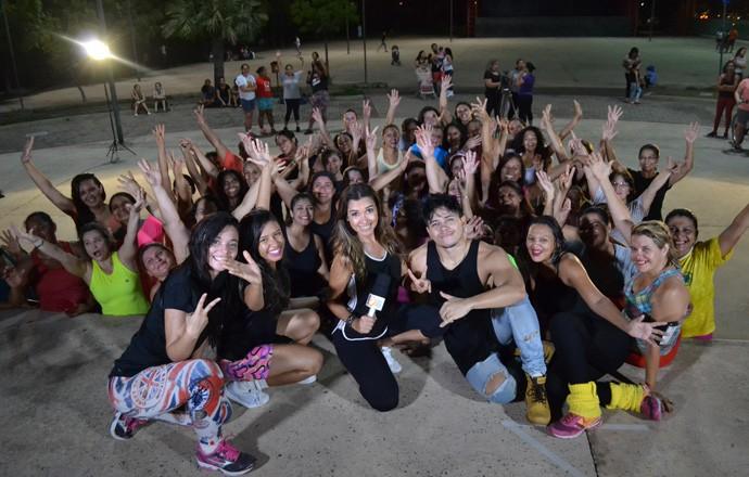 Simone Castro foi conferir as coreografias dos hits do Carnaval 2017 (Foto: Gshow Rede Clube)