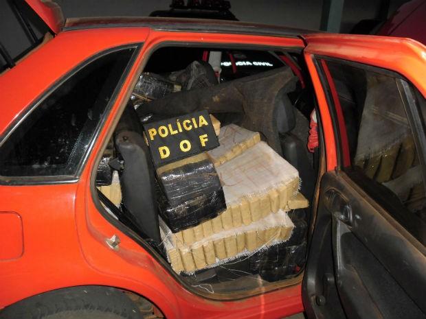 Carro com droga furou bloqueio policial e foi apreendido pelos policiais (Foto: Divulgação/DOF)
