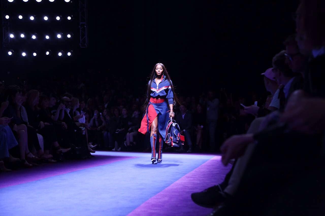 Naomi Campbell na Versace (Foto: Maxim/Fashiontomax)