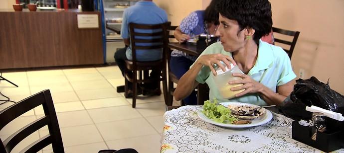 Maria Menezes mostra situações pitorescas que acontecem nos restaurantes a quilo (Foto: TV Bahia)