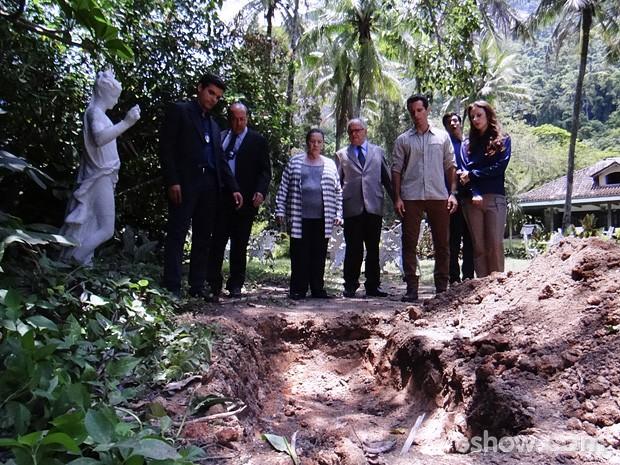 Os peritos encontram outra cova no jardim... (Foto: Amor à Vida / TV Globo)