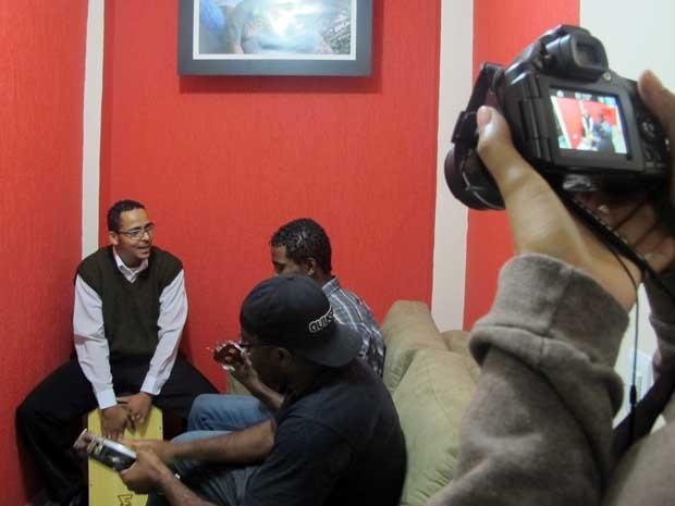 Huan Costa no cavaquinho, Cláudio Ferreira na percussão e Eduardo Alves no pandeiro se reúnem para gravar vídeo. (Foto: Elaine Almeida / G1)
