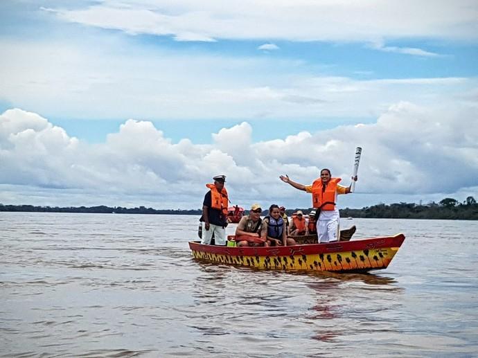 Tocha percorreu de barco pelo Rio Branco, em Boa Vista (Foto: Reprodução/Twitter/@Rio2016)