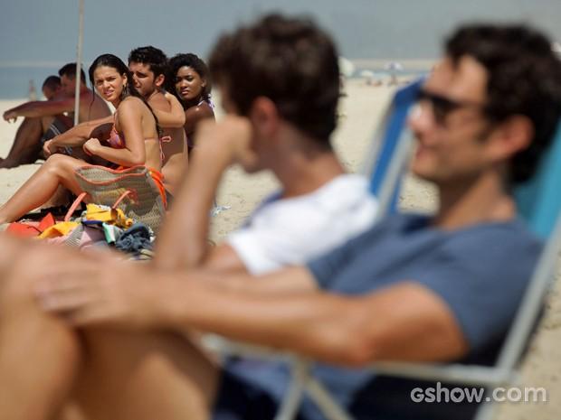 Luiza, André e Alice observam Laerte e Leto na praia (Foto: Pedro Curi/ TV Globo)