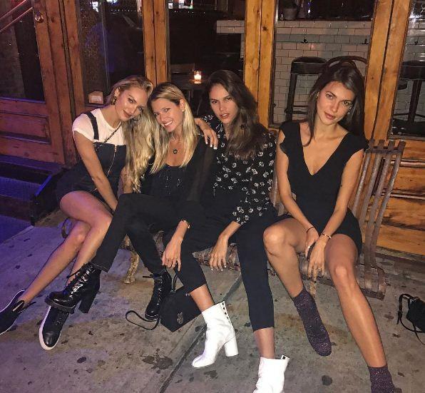 Candice Swanepoel encontra turma brasileira em noitada em Nova York (Foto: Reprodução/Instagram)