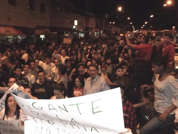 Participantes do protesto se reuniram na Praça Rui Barbosa e seguiram para Rodrigues Alves  (Foto: Alan Schneider/G1)