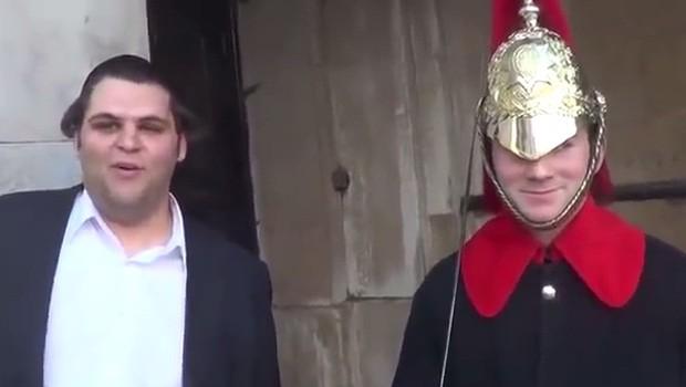 Turista consegue arrancar risada de guarda britânico