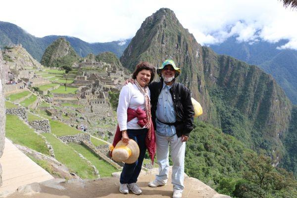 Casal durante volta ao mundo, em Macchu Picchu no Peru (Foto: Eduardo Prata/Arquivo Pessoal)