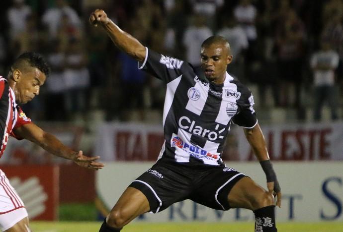 Marcelo Macedo passa por Edimar, Come-Fogo, Botafogo-SP x Comercial (Foto: Agência Botafogo)