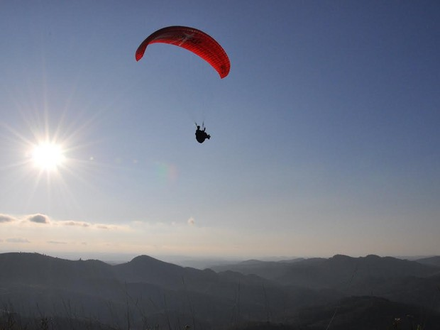 Morro da Palha atrai turistas para saltos de parapente  (Foto: Marcos S. Neto)