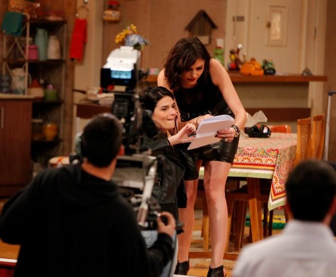 Monica Iozzi pede ajuda a assistente Ágata durante Tomara que Caia (Foto: Artur Meninea/Gshow)