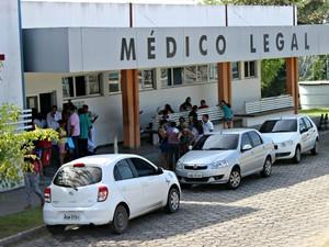 Familiares de vítimas lotaram o IML na manhã deste sábado (17) (Foto: Jamile Alves/ G1 AM)