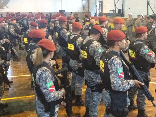 Servidores da Força Nacional se apresentam ao comando da Brigada Militar em Porto Alegre (Foto: Jonas Campos/RBS TV)