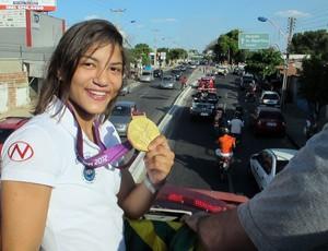 Sarah no carro de bombeiros, Chegada Sarah Menezes (Foto: Raphael Andriolo / Globoesporte.com)