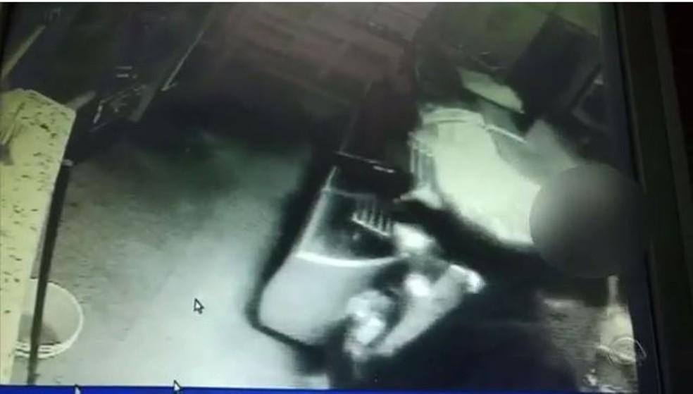 Câmeras de segurança registraram o crime (Foto: Reprodução/RBS TV)