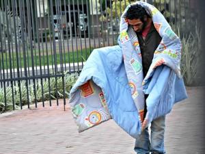 Homem com cobertor na Praça Ary Coelho, em Campo Grande (Foto: Gustavo Arakaki/ G1 MS)