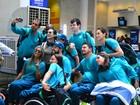 Cleo Pires recebe atletas paralímpicos em aeroporto do Rio