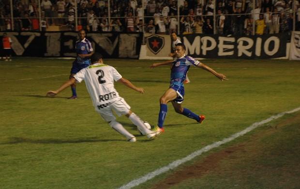 Jogador do Botafogo-pb, Ferreira chuta em direção do gol do Cruzeiro de Itaporanga (Foto: Richardson Gray / Globoesporte.com/pb)