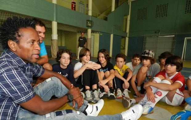 Zé Roberto vista crianças em escola de Porto Alegre (Foto: Divulgação/Marista São Pedro)