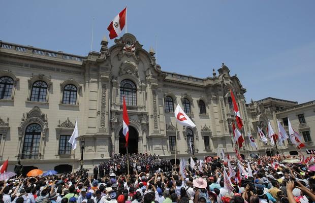 Peruanos comemoram decisão da Corte Internacional de Justiça de Haia em frente ao palácio do governo em Lima. Decisão de Haia aumentou o território marítimo do Peru e diminuiu o do Chile (Foto: Juan Diego Contreras/AP)