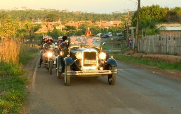 Padres e fiéis devotos a São Francisco de Assis conduziram imagem do santo por 6 km (Foto: Bom Dia Amazônia)