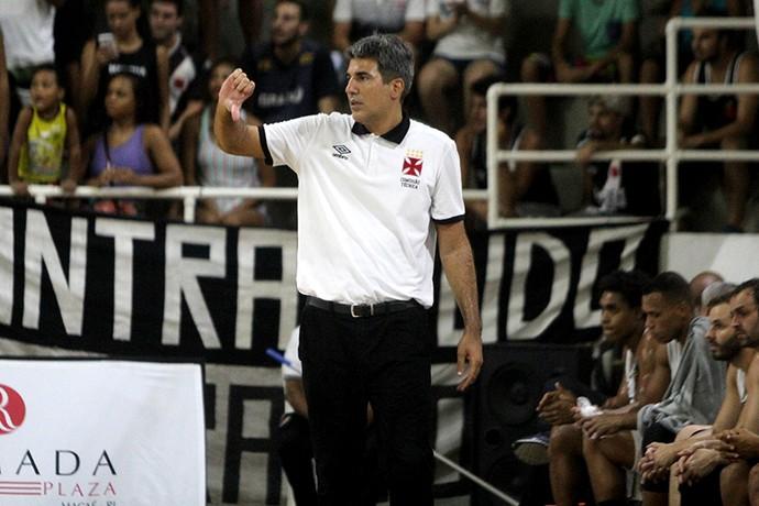 Dedé Barbosa tem jeito peculiar de comandar durante os jogos do Vasco (Foto: Paulo Fernandes/Vasco.com.br)