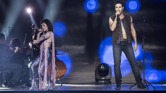 Nina (Fabi Bang) e Miro (Guilherme Logullo) se apresentam no palco do Prêmio Melhores da Música. (Foto: Felipe Monteiro / Gshow)