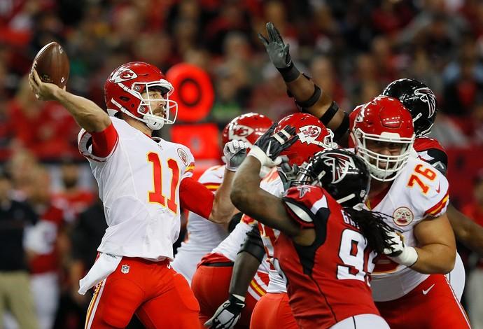 Alex Smith dá lançamento na partida do Kansas City Chiefs contra o Atlanta Falcons (Foto: Getty Images)