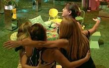 Mães e tia dão abraço coletivo na última festa... (Big Brother Brasil/TV Globo)