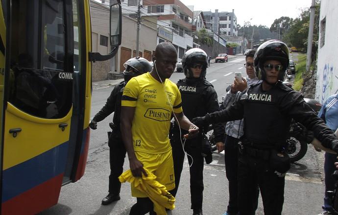 Enner Valencia chega ao estádio Atahualpa, em Quito, para o treino da seleção do Equador (Foto: EFE/Fredy Constante)