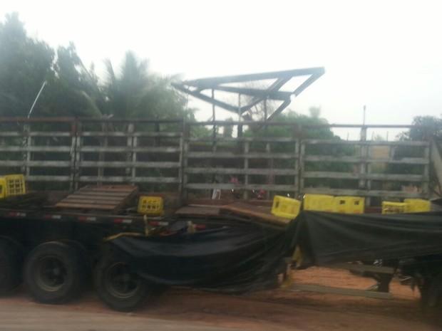 Parte da carga foi saqueada após acidente (Foto: Dulce Santana/ Voz  da Bahia )