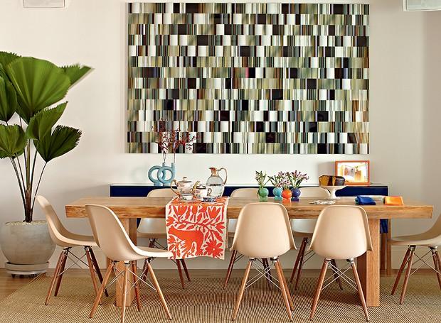 O destaque da sala jantar é a fotografia de Fernando Velázquez, que ocupa boa parte da parede. As cadeiras escolhidas pela arquiteta Bruna Riscali são de Charles Eames. A passadeira bordada foi trazida do México (Foto: Victor Affaro/Casa e Jardim)