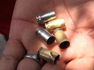 Moradores mostram cápsulas de balas que teriam sido disparadas por guardas municipais (Foto: Imagem/TV Bahia)