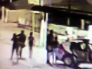 Câmera de segurança flagrou momento em que sargento da PM foi morto no Jacintinho (Foto: Reprodução/TV Gazeta)