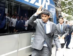 Alan Ruiz na chegada em Rosário (Foto: Diego Guichard)