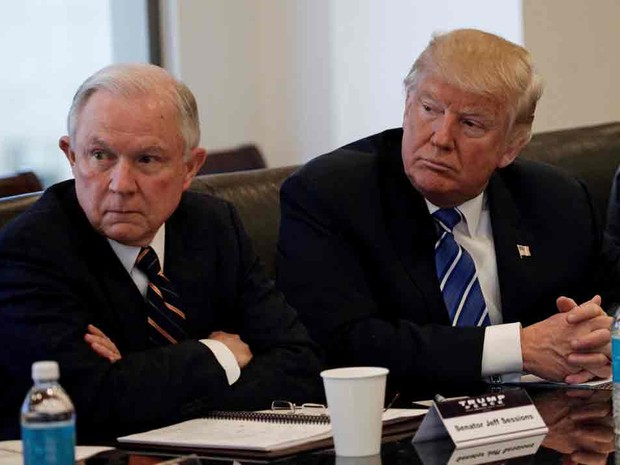 Donald Trump ao lado do senador Jeff Sessions em foto de 7 de outubro de 2016 (Foto: Mike Segar/Reuters)