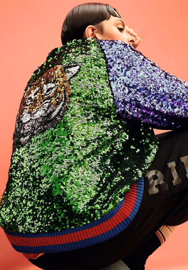Bomber, R$ 27.300, Gucci; bermuda, R$ 419, À La Garçonne (Foto: Rafael Pavarotti)