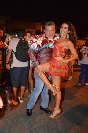 Carla Prata com o carnavalesco Milton Cunha em ensaio da escola de samba carioca União da Ilha (Foto: Rodrigo Mesquita/ Divulgação)