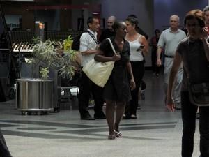 Haitiana tem visto de permanência no Brasil, mas não deixa o aeroporto (Foto: Felipe Truda/G1)