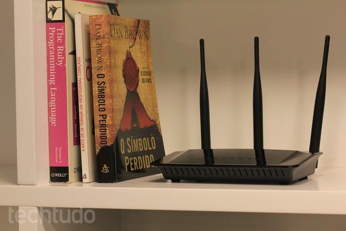 Roteador no alto de estante melhora propagação do sinal  (Foto: Lucas Mendes/TechTudo)