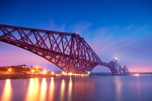 (Foto: Wikimedia / http://commons.wikimedia.org/wiki/File:Forth_bridge_evening_long_exposure.jpg)