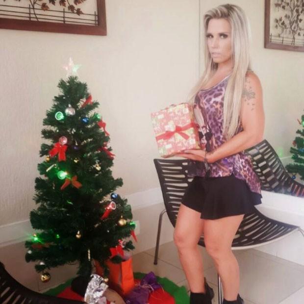 Taty Princesa posa com árvore de Natal (Foto: Divulgação)