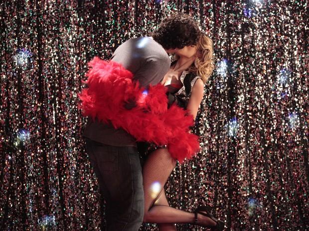 ... e a beija com intensa paixão (Foto: Guerra dos Sexos/TV Globo)