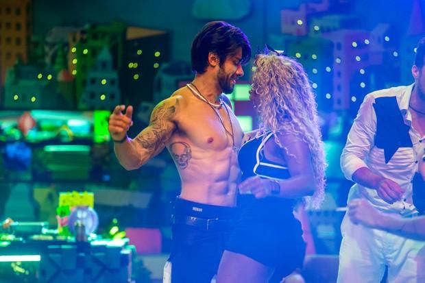 Renan e Adélia dançando juntos em festa do BBB 16 (Foto: Globo/Paulo Belote)
