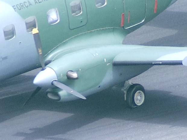 Pneu furado de avião da FAB, que taxiava no Aeroporto de Brasília (Foto: TV Globo/Reprodução)